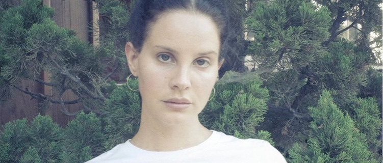 """Lana Del Rey anuncia novo single, """"Mariners Apartment Complex"""", e mostra prévia"""