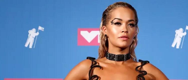 """Rita Ora diz que está tentando """"muito forte"""" visitar o Brasil"""