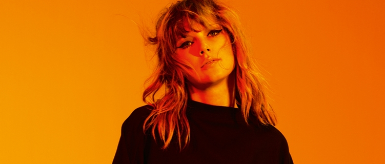 Taylor Swift celebra orgulho LGBT durante show e faz discurso emocionante