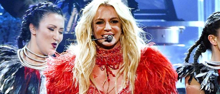 """Revista Attitude defende playback de Britney: """"Você não vai ao show dela para ouvir seus vocais"""""""