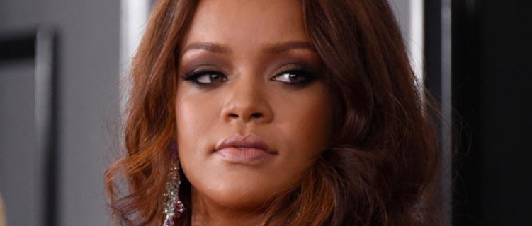 Rihanna conta que já se vestiu para ofuscar amiga quando tinha três anos
